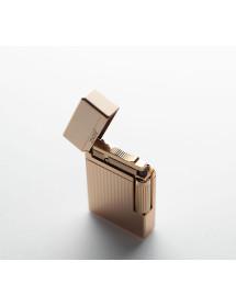 Подарунковий набір Zinger: запальничка широка золота з різьбленими смугами з написом Zinger H048G (zo-GS-0117)